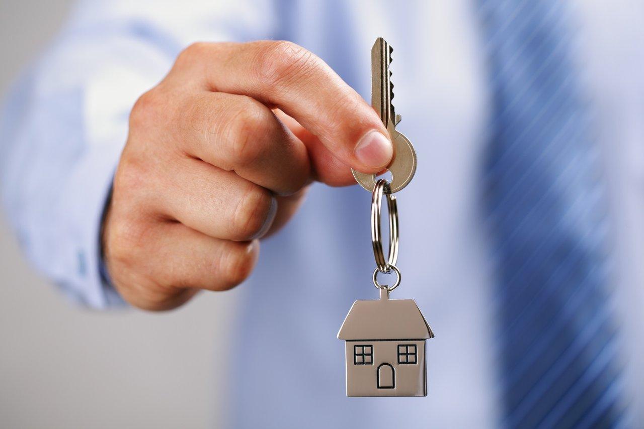 Может ли собственник квартиры выписать прописанного родственника