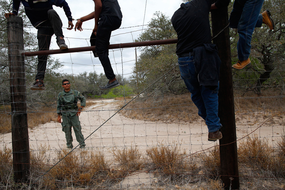 мексиканцы пересекают границу фото среди